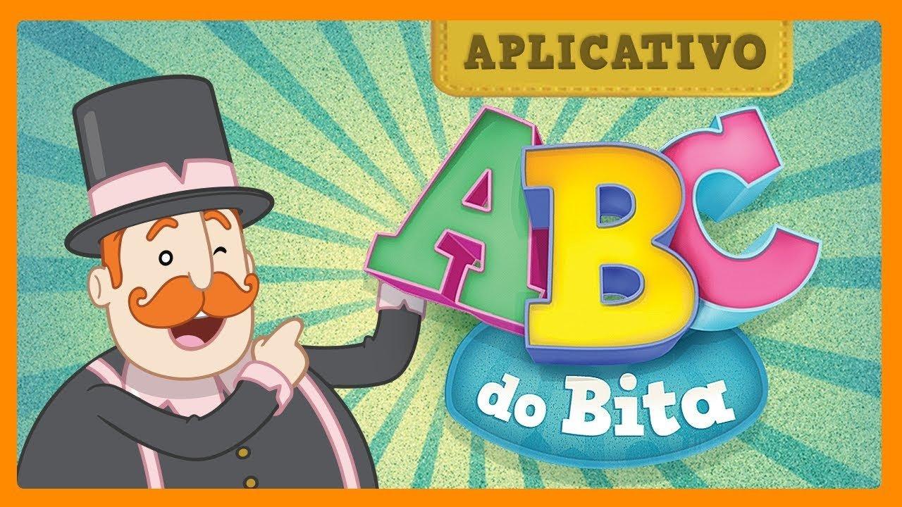 Personagem Bita apontando a logomarca do aplicativo ABC do Bita